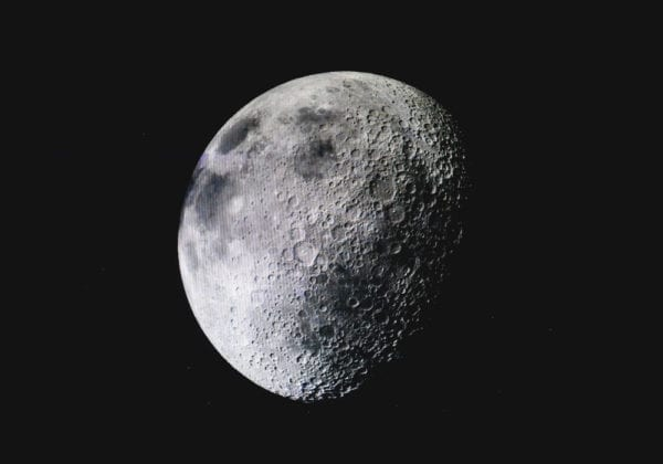 Le 35 più belle frasi in inglese sulla Luna (con traduzione)